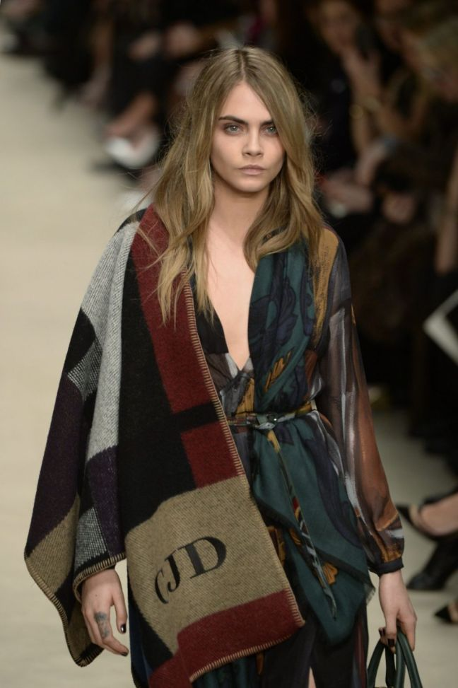 cara-delevingne-on-runways-of-burberry-fall-winter-fashion-show_5